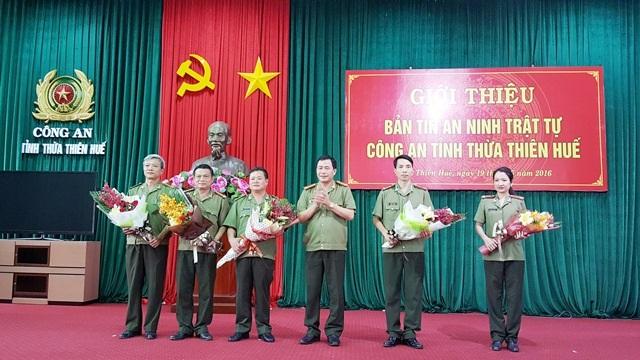 Đại tá Lê Quốc Hùng, Giám đốc Công an tỉnh Thừa Thiên Huế (thứ 3 từ phải qua) tặng hoa chúc mừng cho sự ra mắt Ban Biên tập Bản tin An ninh trật tự