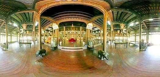 Điện Long An hiện tại là Bảo tàng Cổ vật Cung đình Huế có 452 ô thơ đa dạng về thể tài, phong phú về nội dung, biến hóa trùng điệp về kiểu cách tạo hình.