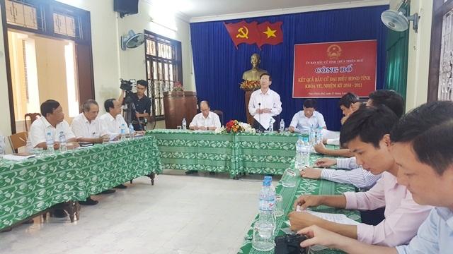 Ông Cái Vĩnh Tuấn, Phó Chủ tịch Ủy ban bầu cử tỉnh TT-Huế (đứng, áo trắng) công bố danh sách 53 người trúng cử đại biểu HĐND tỉnh TT-Huế khóa VII, nhiệm kỳ 2016-2021