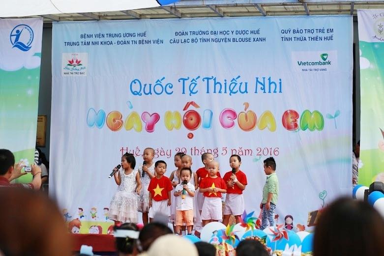 Các em nhỏ say sưa hát những bài hát tiếng anh vui nhộn