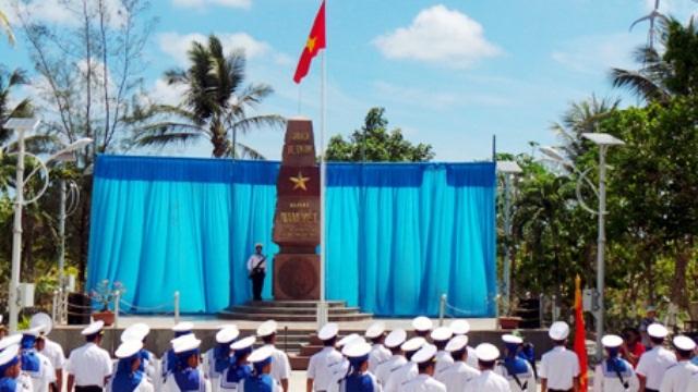 Lễ chào cờ trên quần đảo Trường Sa (ảnh: Khánh Linh)