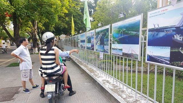 Người dân Huế xem các phương án cầu vượt sông Hương vừa mới được trưng bày