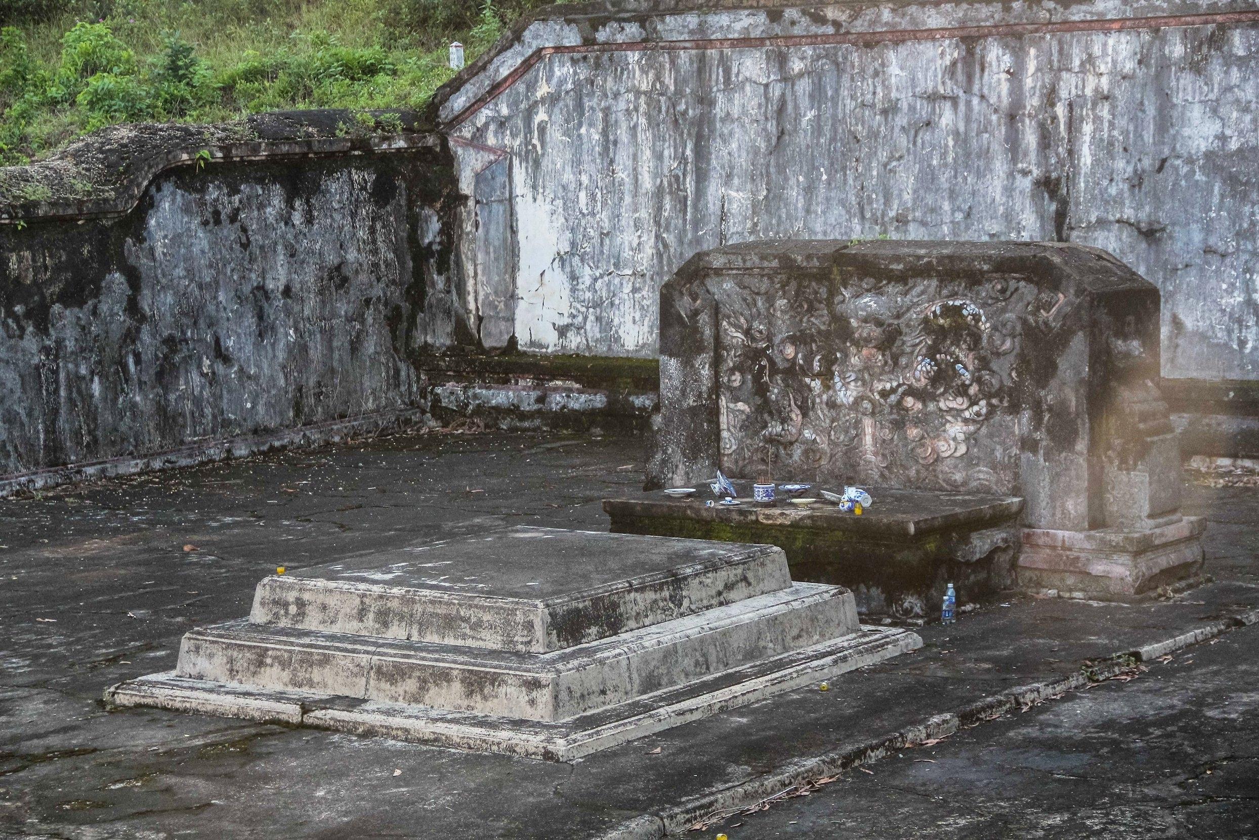 Nơi mộ táng gồm có 3 bậc, dưới bóng một bức bình phong và có áng hương thờ cúng