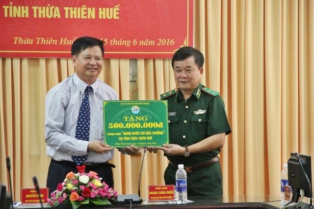 Trung tướng Hoàng Xuân Chiến, Tư lệnh BĐBP (phải) trao tặng tỉnh Thừa Thiên Huế số tiền 500 triệu đồng cho các em HS nghèo vùng sâu và vùng biên giới