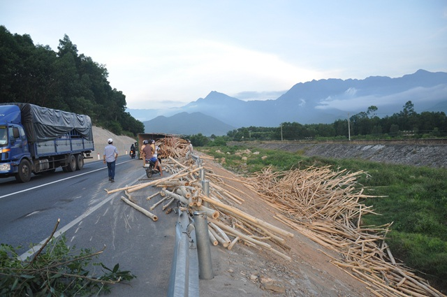 Hiện trường vụ lật xe gỗ tràm trước cửa hầm Phước Tượng