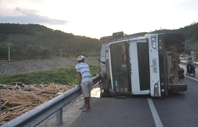 Chiếc xe chở gỗ tràm tự gây ra tai nạn