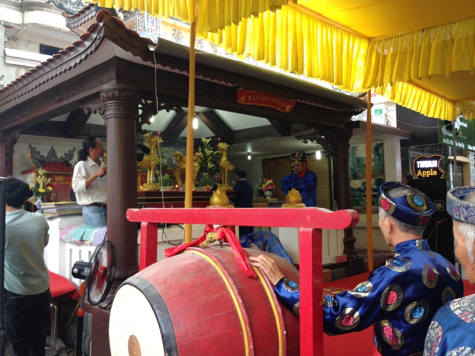 Lễ dâng hương tại miếu Âm Hồn được tổ chức một cách thành kính, trang nghiêm