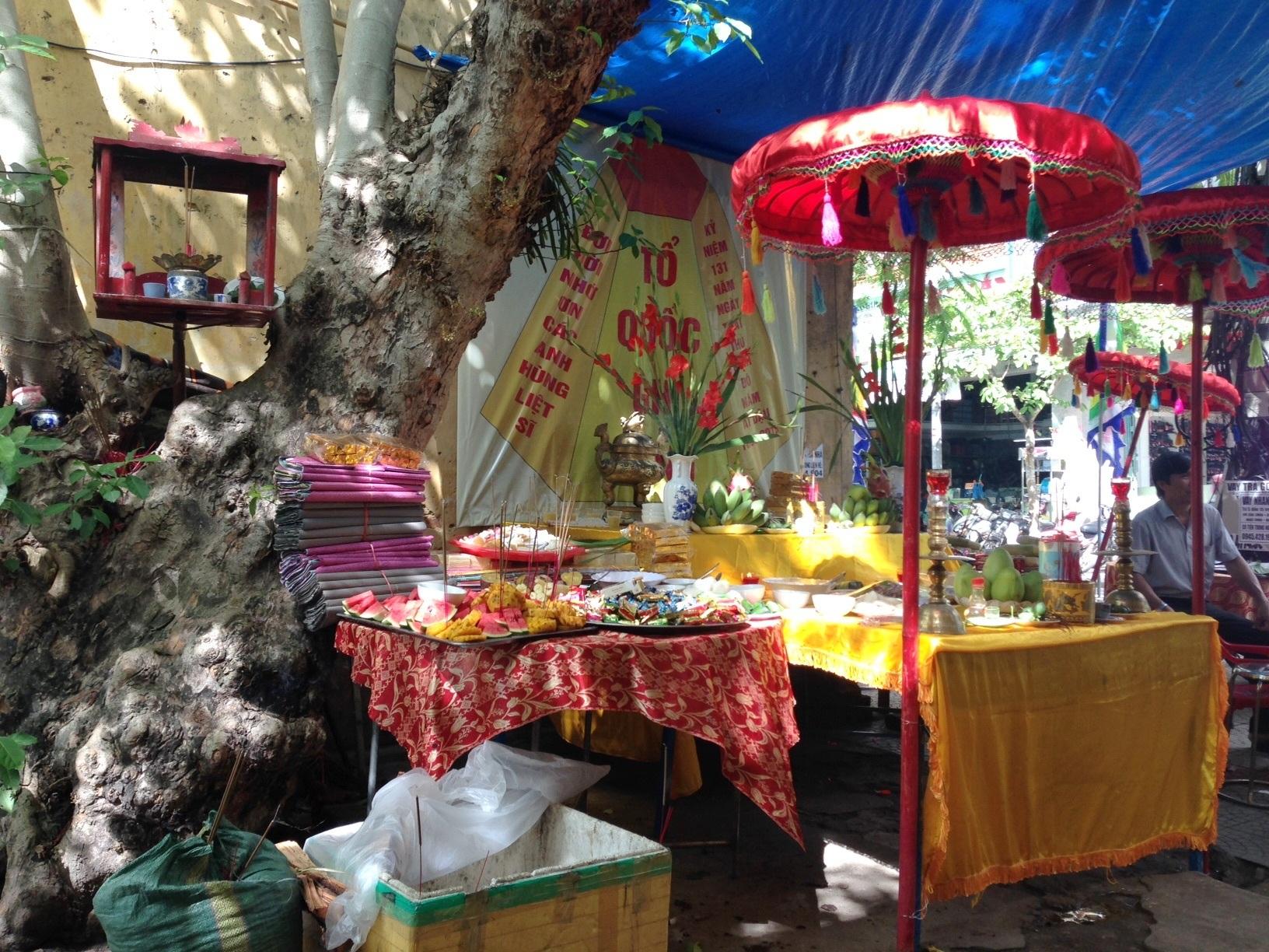 Những lễ vật cúng rất đa dạng bao gồm: Xôi đậu, chè bánh, trái cây, thịt luộc, nước…