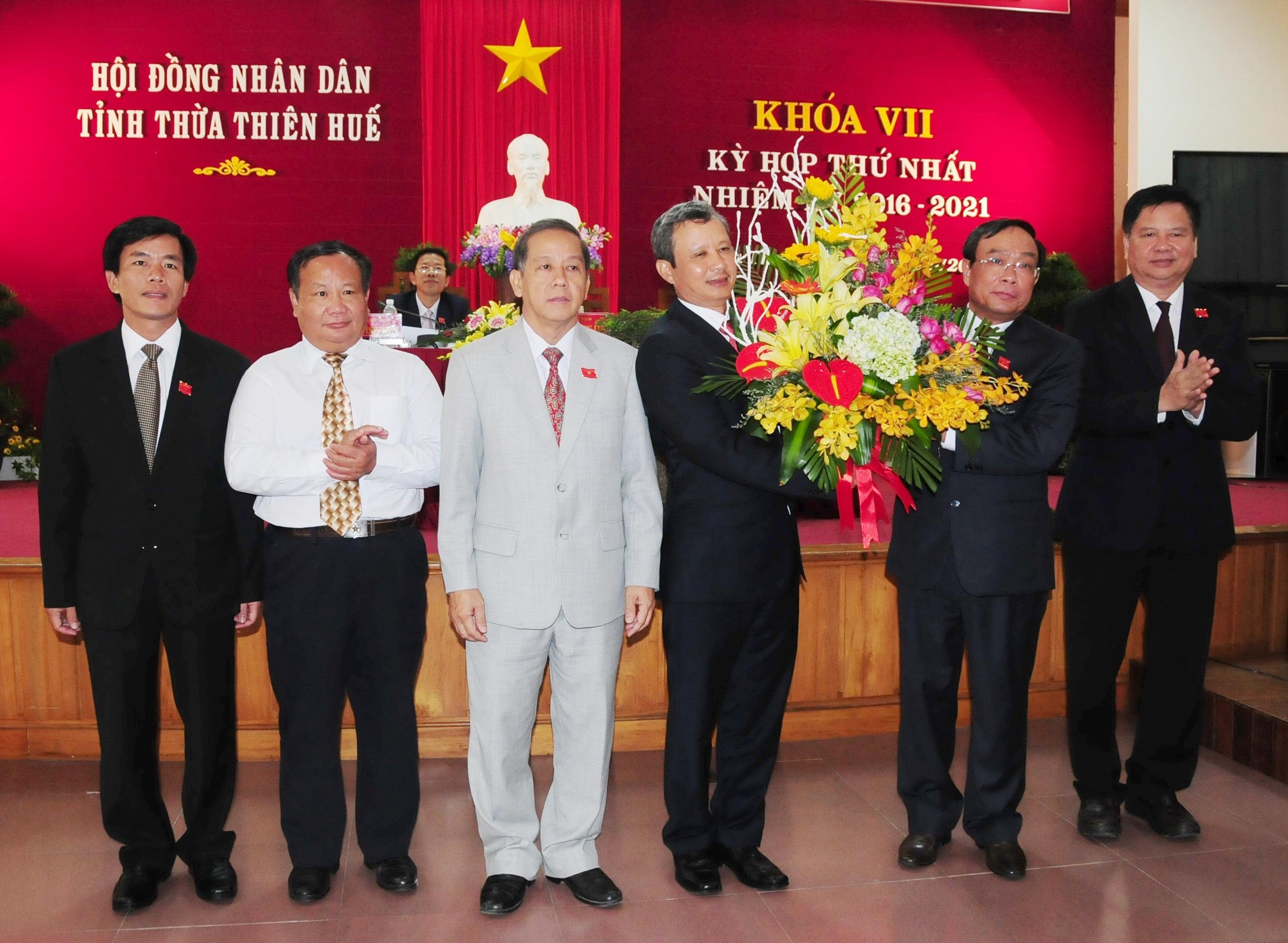 Ông Nguyễn Văn Cao (thứ 2 từ phải qua) tái đắc cử Chủ tịch UBND tỉnh Thừa Thiên Huế nhiệm kỳ 2016-2021 (ảnh: VGP)