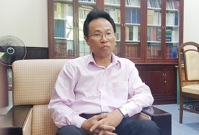 PGS.TS. Lê Văn Anh, Phó giám đốc Đại học Huế, Phó chủ tịch thường trực hội đồng cụm thi 39 kỳ thi THPT quốc gia 2016 tại Thừa Thiên Huế trao đổi kỳ thi năm nay đã giảm áp lực rất nhiều cho phụ huynh, học sinh từ tâm lý đến vật chất