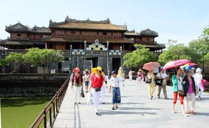Khách du lịch tham quan cố đô Huế
