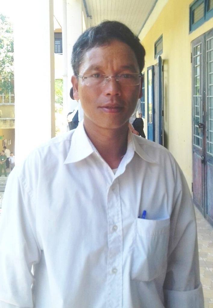 Anh Ra-pắc Bông (người dân tộc Cơ Tu, Chủ tịch UBMTTQ xã Thượng Long, huyện Nam Đông, tỉnh Thừa Thiên Huế) dù đã 47 tuổi nhưng vẫn dự thi đến lần thứ 4 để quyết tâm lấy bằng tốt nghiệp