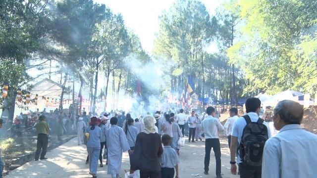 Hàng vạn du khách thập phương tham dự lễ hội Quán Thế Âm Huế năm 2016