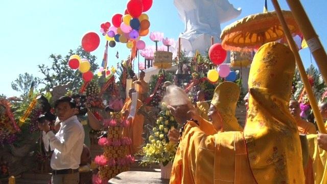 Các thầy tiến hành nghi thức làm lễ dưới tượng phật Quán Thế Âm