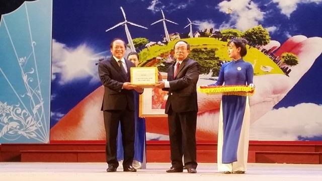 Ông Trương Minh Tuấn (trái) trao tặng toàn bộ ảnh và phim cho tỉnh Thừa Thiên Huế