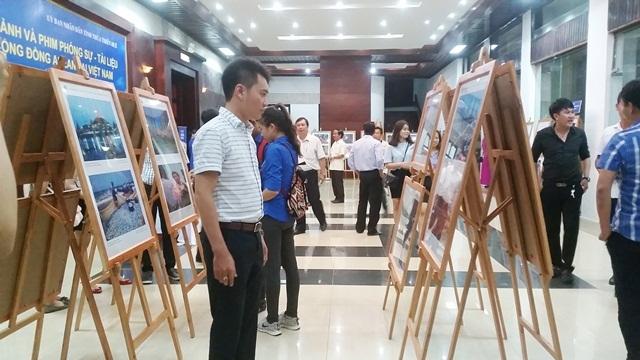 Đông đảo người dân và du khách đến xem Triển lãm ảnh và phim phóng sự - tài liệu trong cộng đồng ASEAN tại Việt Nam