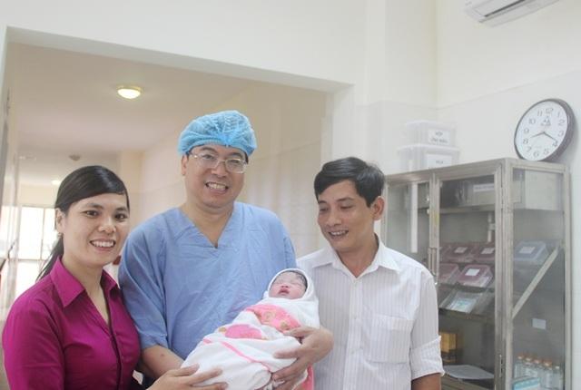 Niềm vui vô bờ bến của vợ chồng anh Lê Thanh Ân và chị Nguyễn Thị Thuần khi có được con nhờ mang thai hộ