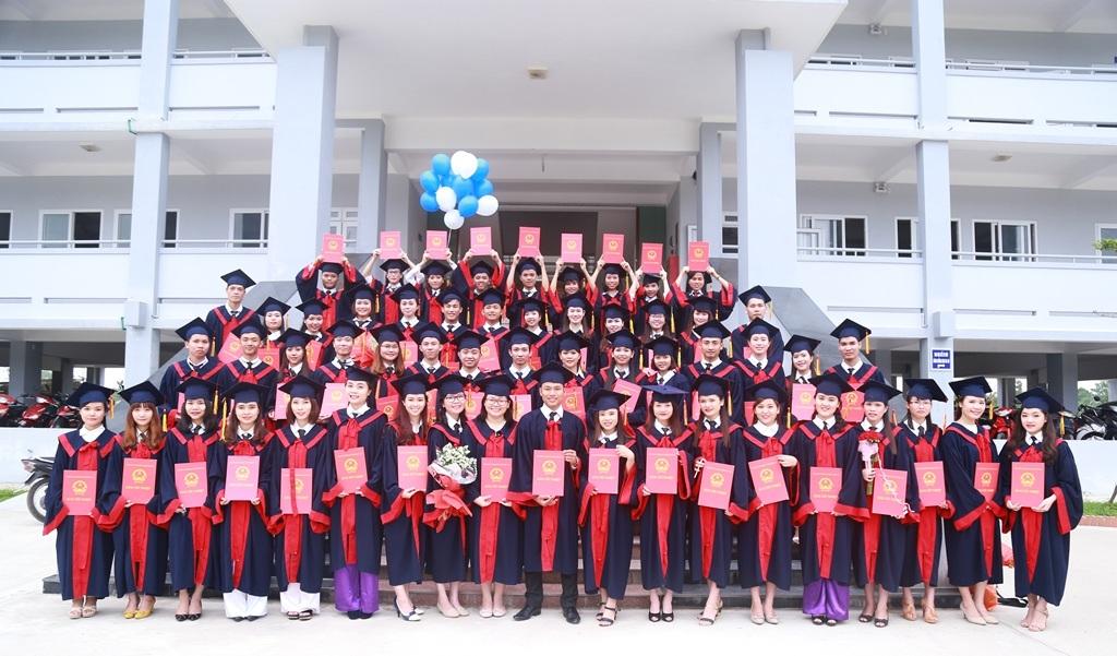 Sinh viên Đại học Luật Huế nhận bằng tốt nghiệp