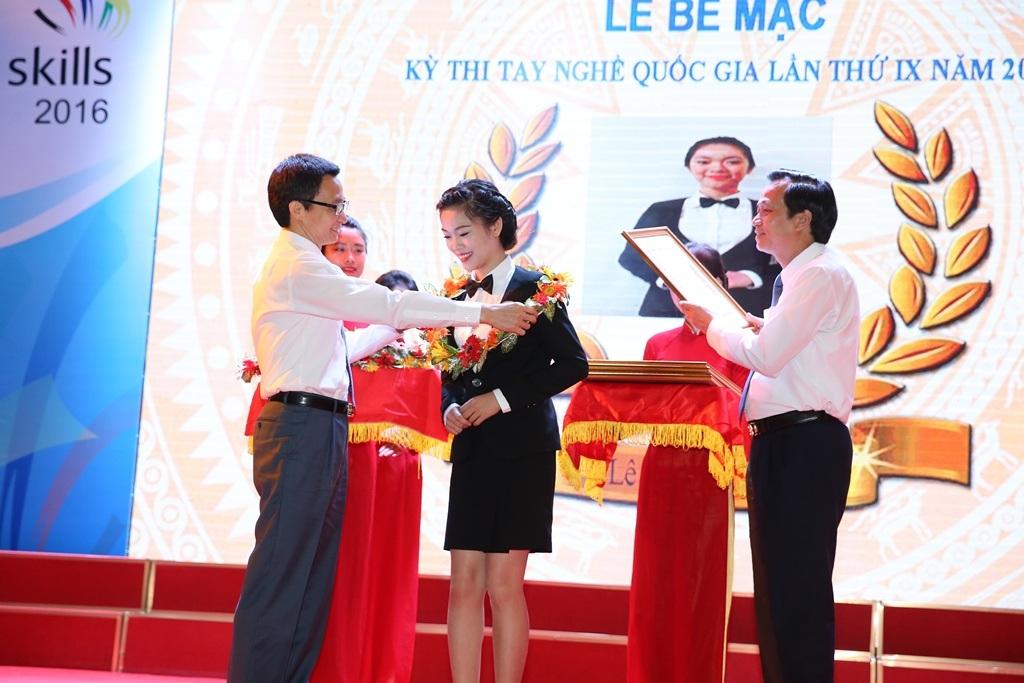 Phó Thủ tướng Vũ Đức Đam và Ông Đào Ngọc Dung, Bộ trưởng Bộ LĐ,TB&XH trao giải cho thí sinh Nguyễn Thị Thùy Linh đạt giải Nhất nghề Dịch vụ Nhà hàng, Kỳ thi Tay nghề Quốc gia 2016