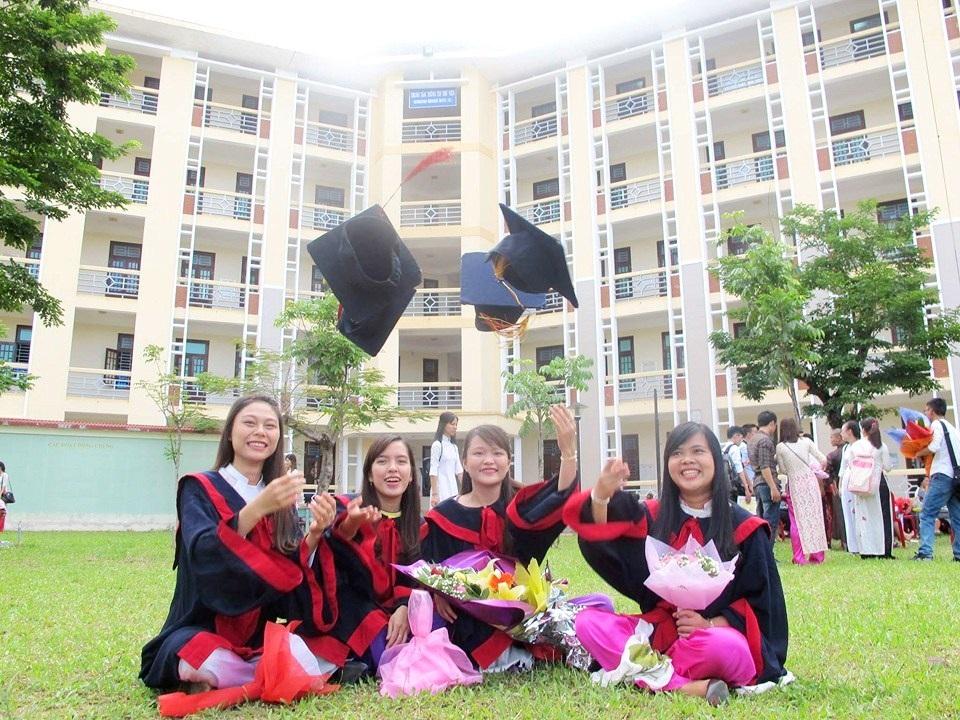Các sinh viên tốt nghiệp tại trường Đại học Ngoại ngữ Huế
