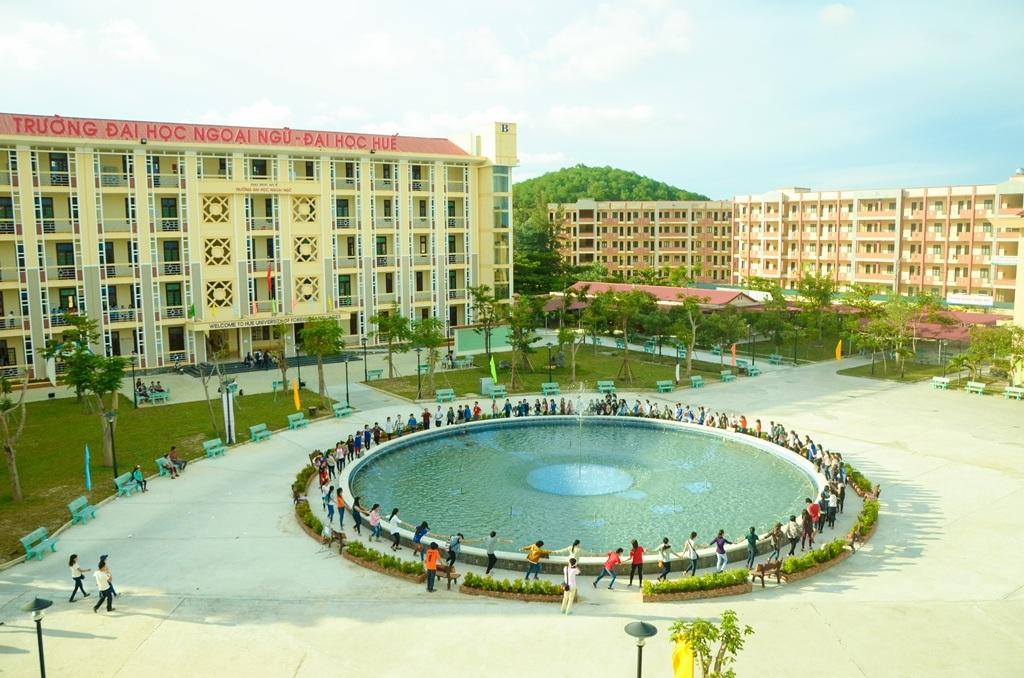 Khuôn viên rộng rãi, thoáng mát và hệ thống nhạc nước sinh động ở giữa trường giúp các sinh viên Đại học Ngoại ngữ Huế thoải mái sau giờ học