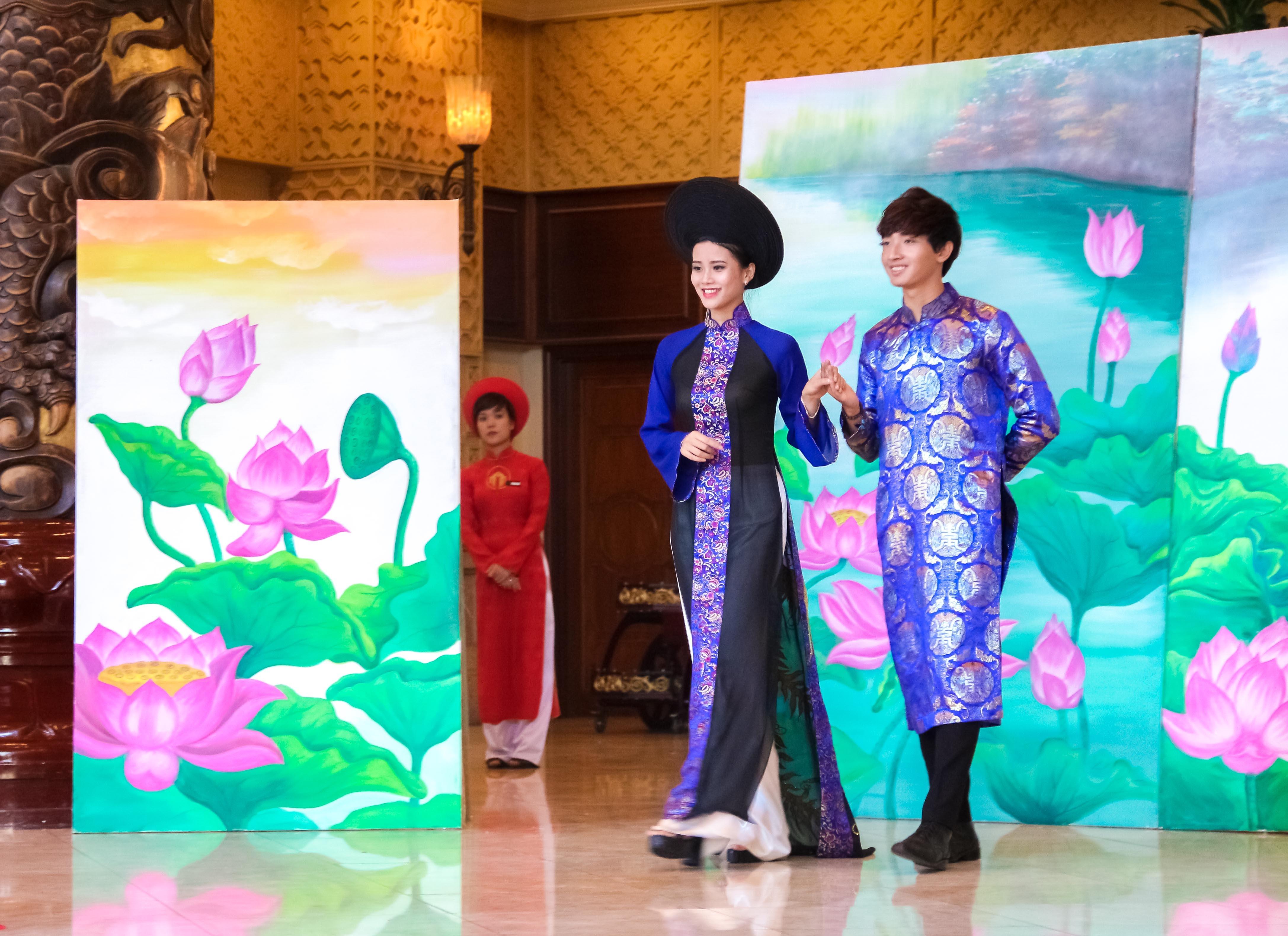 Khán giả cũng được chiêm ngưỡng những bộ áo dài cưới độc đáo