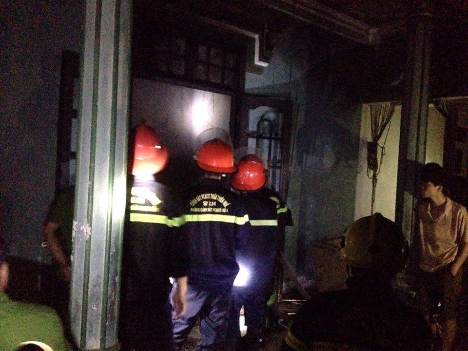 Các chiến sĩ cứu hỏa nỗ lực dập tắt đám cháy