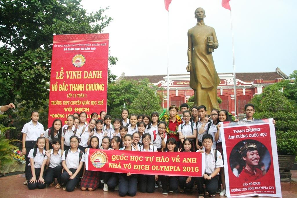 Nhiều lớp học, học sinh THPT chuyên Quốc Học Huế chụp ảnh lưu niệm với Hồ Đắc Thanh Chương