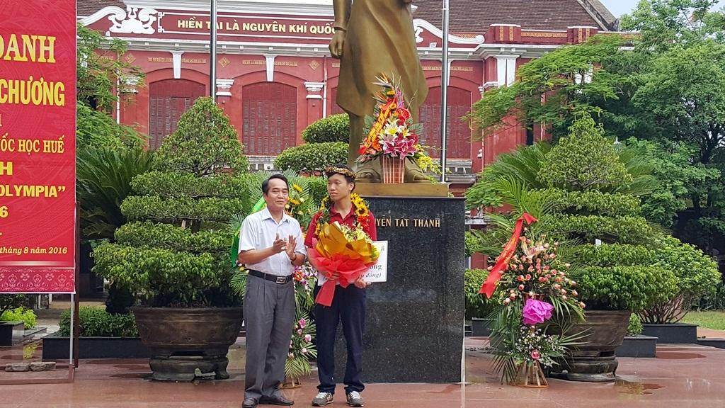 Ông Bùi Thanh Hà, Phó Bí thư tỉnh ủy Thừa Thiên Huế trao hoa và phần thưởng 20 triệu đồng của tỉnh tới em Thanh Chương