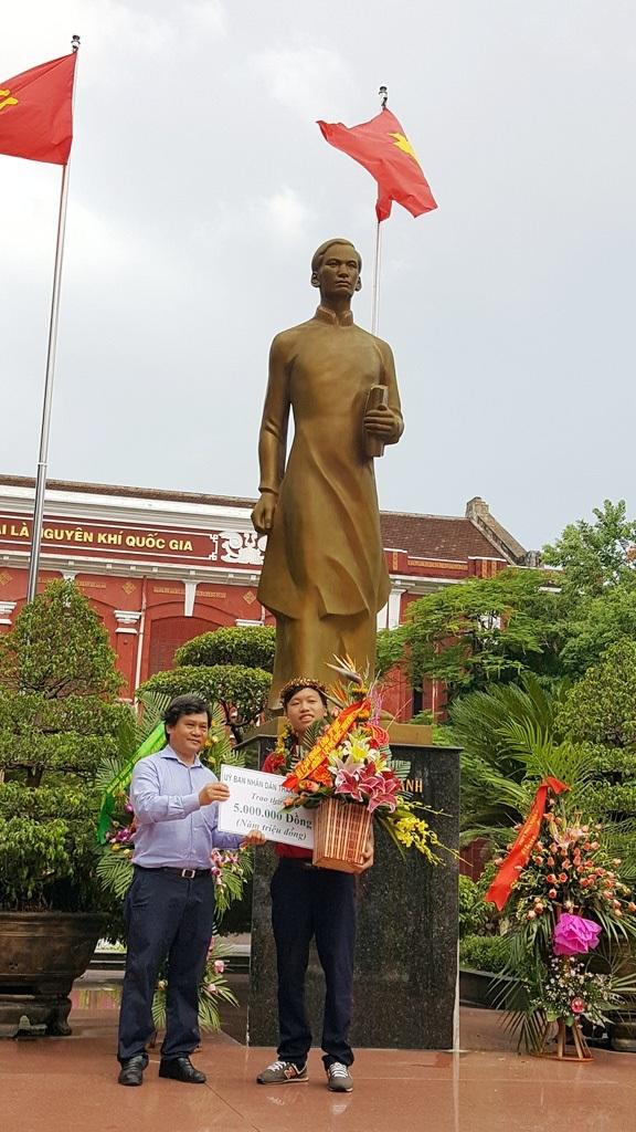 Ông Nguyễn Văn Thành, Chủ tịch UBND Thành phố Huế tặng thưởng em Chương