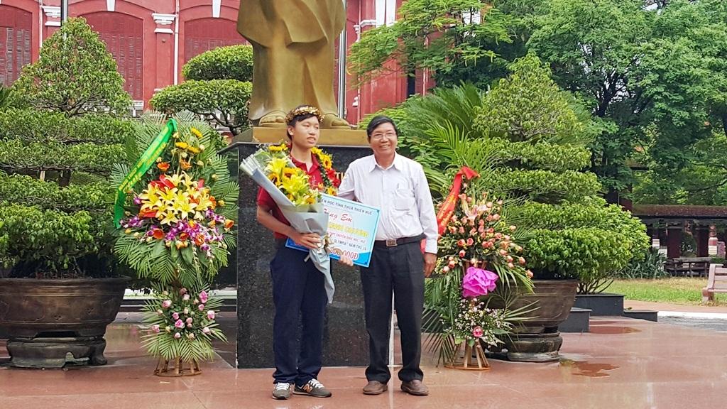 Ông Nguyễn Văn Mễ, Chủ tịch Hội Khuyến học tỉnh Thừa Thiên Huế chúc mừng em Thanh Chương