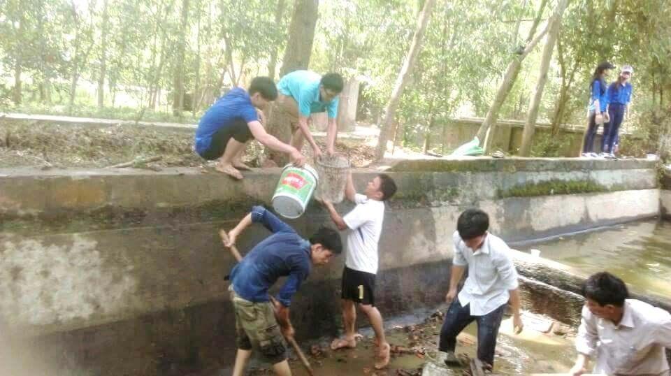 Các thầy cô trường Tiểu học Phú Mỹ 1 cùng Đoàn thanh niên xã Phú Mỹ tiến hành cải tạo bể xả trạm bơm nước thủy lợi thành hồ bơi