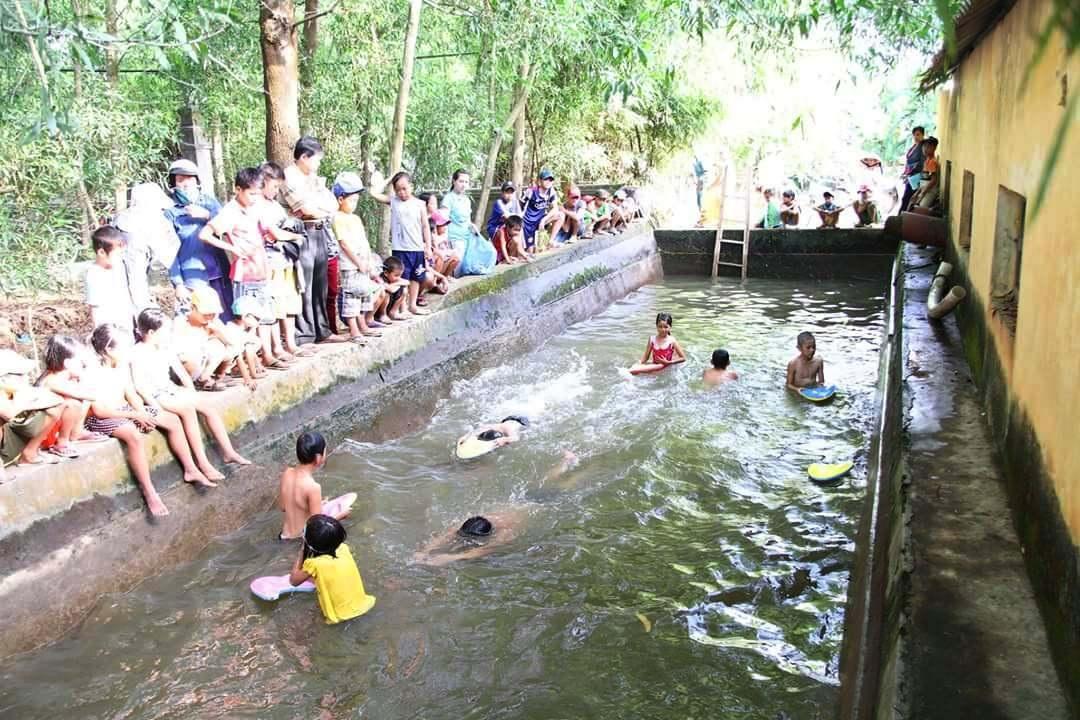 Bể bơi từ bể xả trạm bơm nước thủy lợi đã hoàn thành, trong 10 ngày cuối hè, việc dạy bơi được tiến hành cho học sinh khối 4,5
