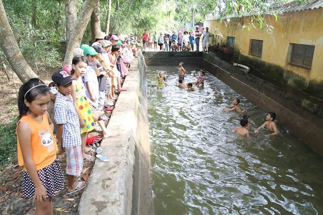 Không khí vui vẻ của cả trường khi đi bơi