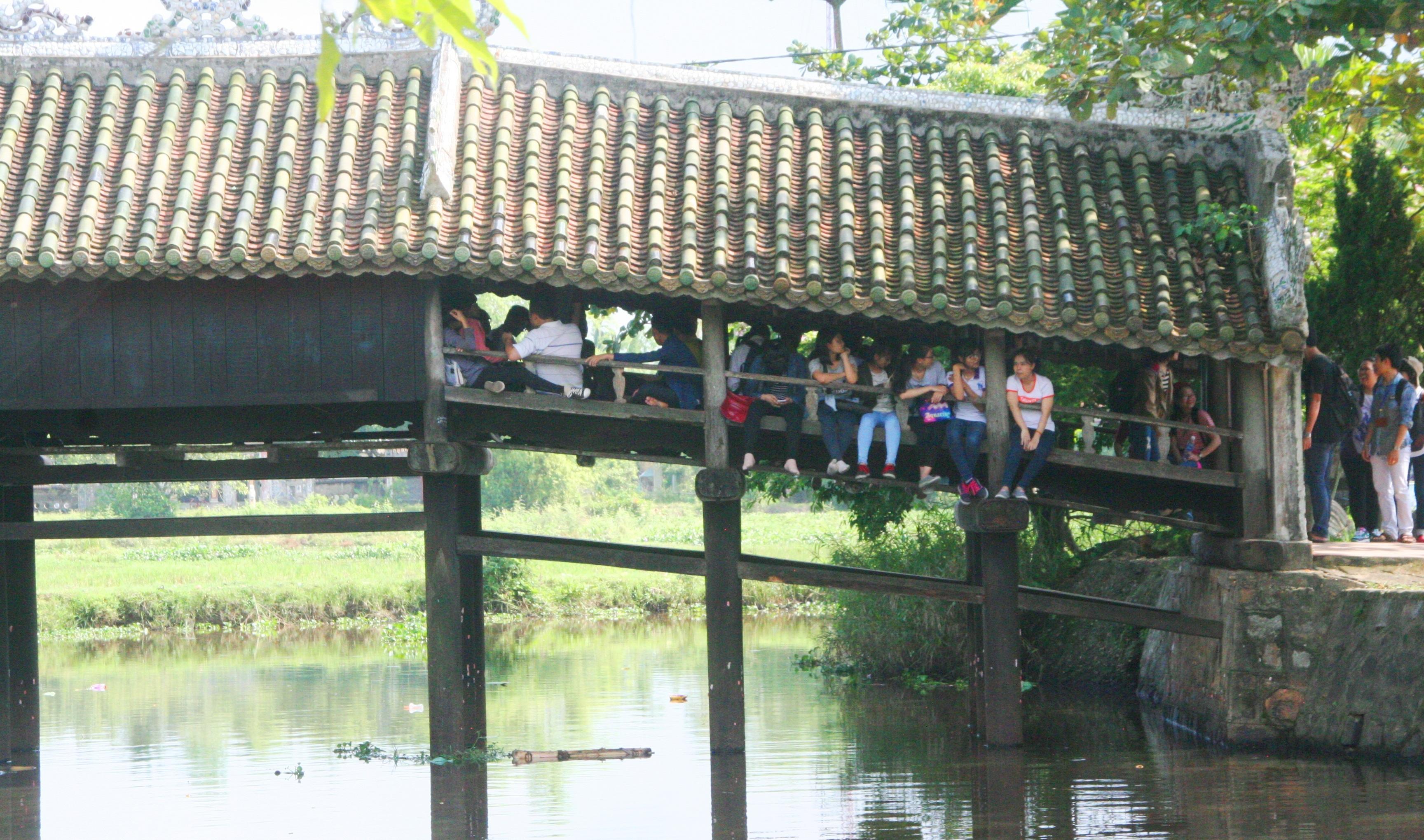 Cây cầu là nơi gắn bó hàng chục thế hệ