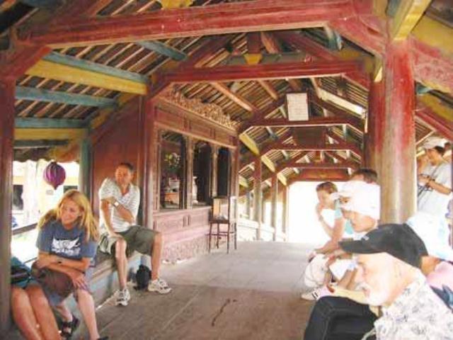 Phía trong cầu là nơi nghỉ ngơi lý tưởng cho người dân quê Thủy Thanh và khách du lịch
