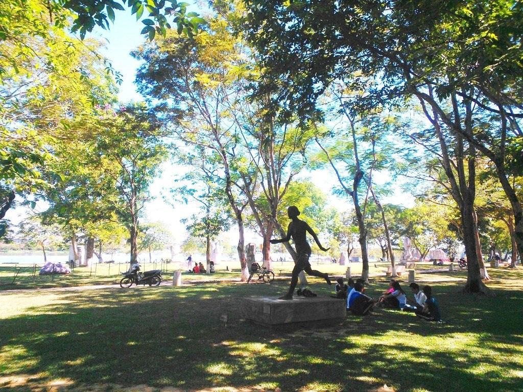 Công viên trước mặt trường Đại học Sư phạm Huế ngoài cây xanh rợp bóng, hơi nước mát từ sông Hương, có rất nhiều tác phẩm điêu khắc quốc tế