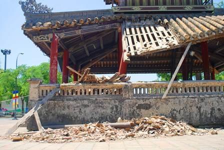 Phu Văn Lâu bị đổ một góc mái hơn 2 năm trước