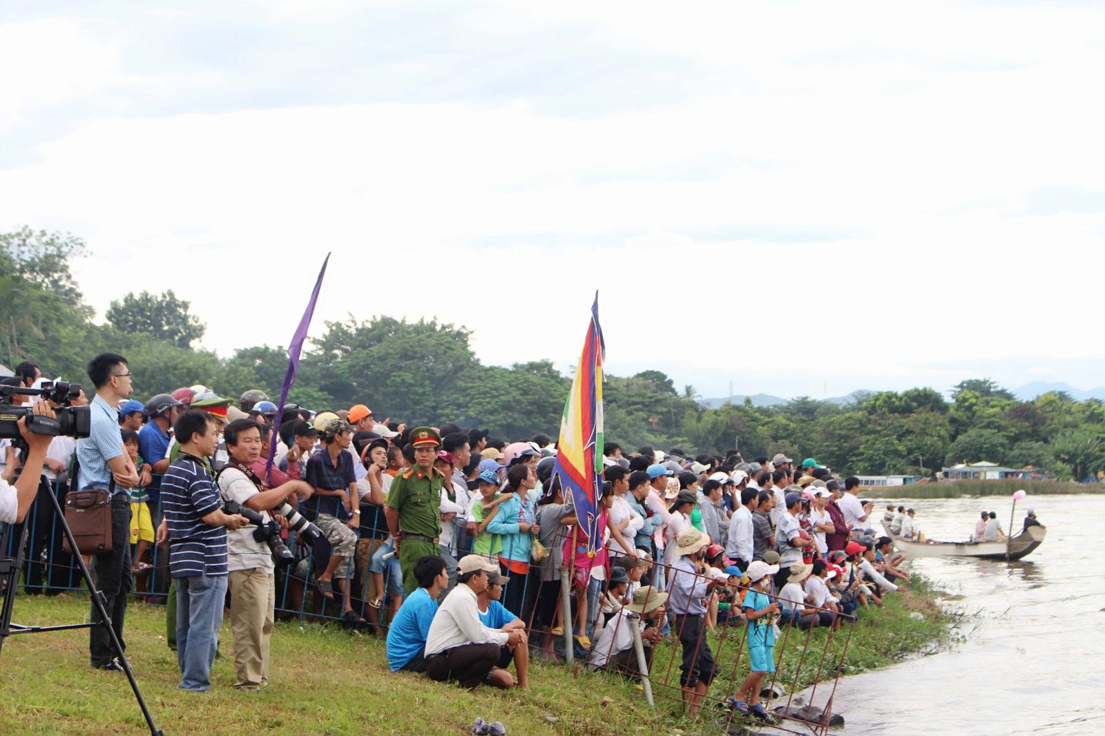 Đông đảo người dân và du khách đến xem và cổ vũ