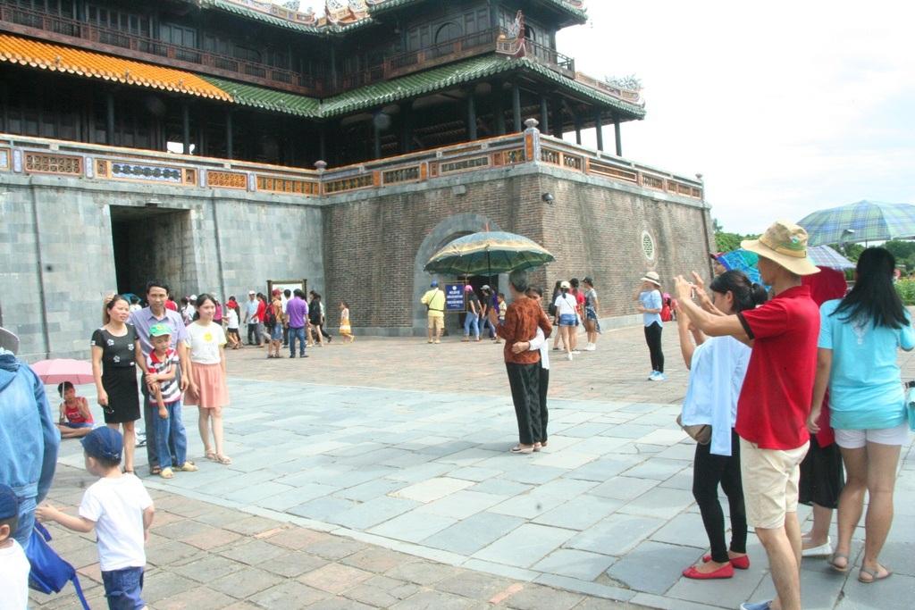 Chụp ảnh tại Ngọ Môn