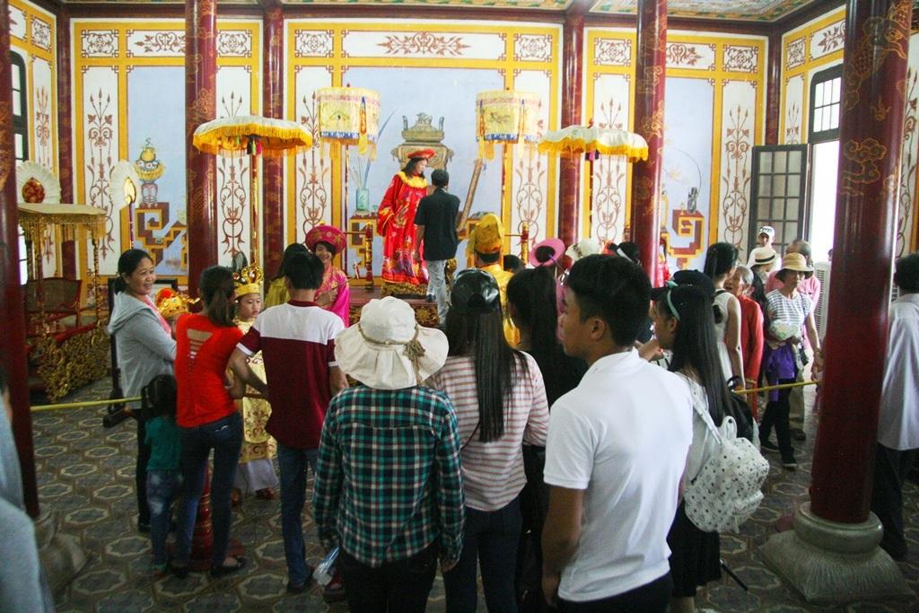 Dịch vụ mặc áo vua hoàng hậu chụp ảnh hút du khách