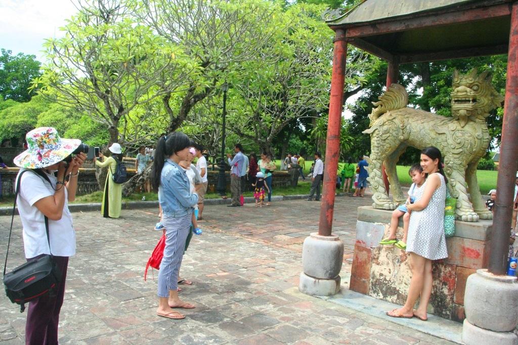 Các chú kỳ lân đồng ở sân chầu Điện Thái Hòa được các em nhỏ rất thích thú