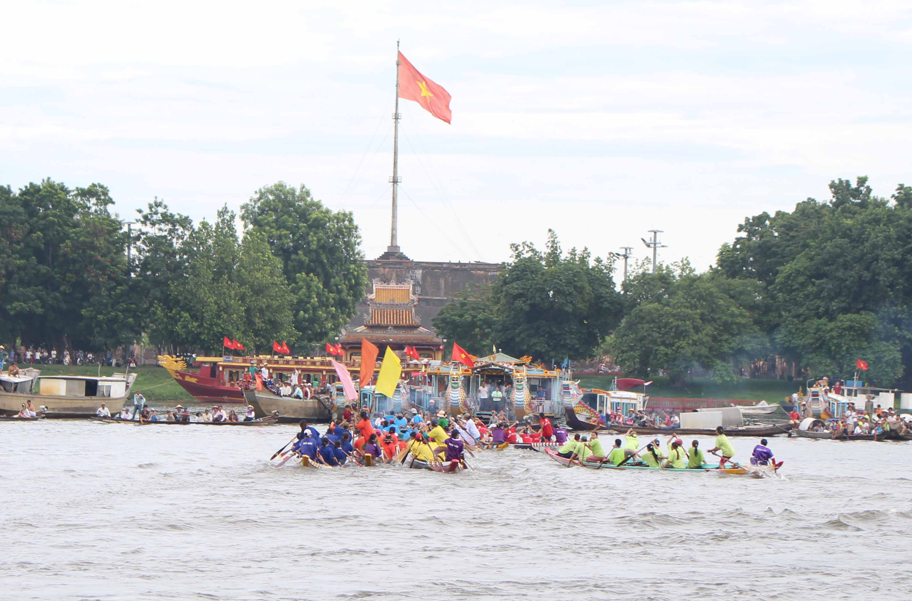 Cuộc đua quyết liệt tại sông Hương giữa các ghe. Trong ảnh là giai đoạn tiến ra vè rúm, khâu quan trọng của cuộc đua