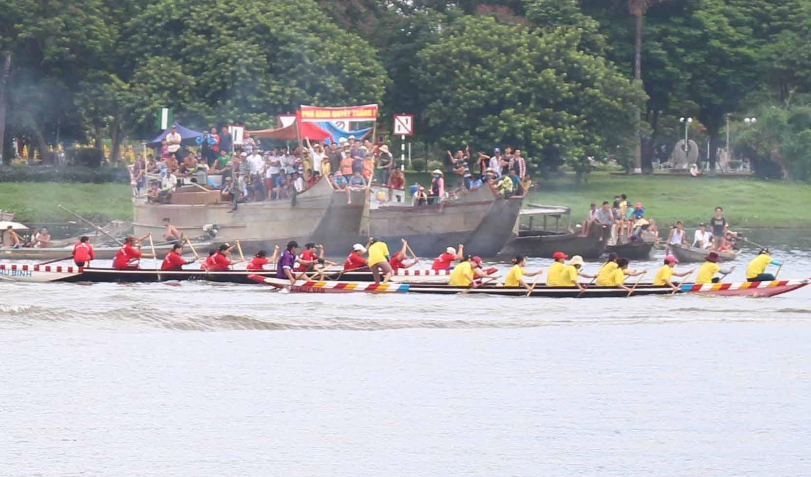 Sôi động lễ hội đua ghe trên sông Hương ngày Quốc khánh - 4