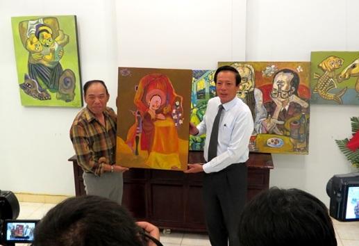 Họa sĩ Nguyễn Đại Giang (bên trái) tặng các bức tranh trường phái Đảo ngược cho tỉnh Thừa Thiên Huế (ảnh: H.T)