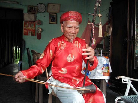Nghệ nhân Lữ Hữu Thi dù tuổi cao vẫn chơi các loại nhạc cụ cung đình rất sắc sảo (ảnh: TTXVN)