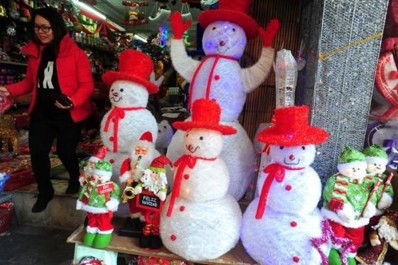 Những chú người tuyết bằng bông được sản xuất tại Việt Nam.