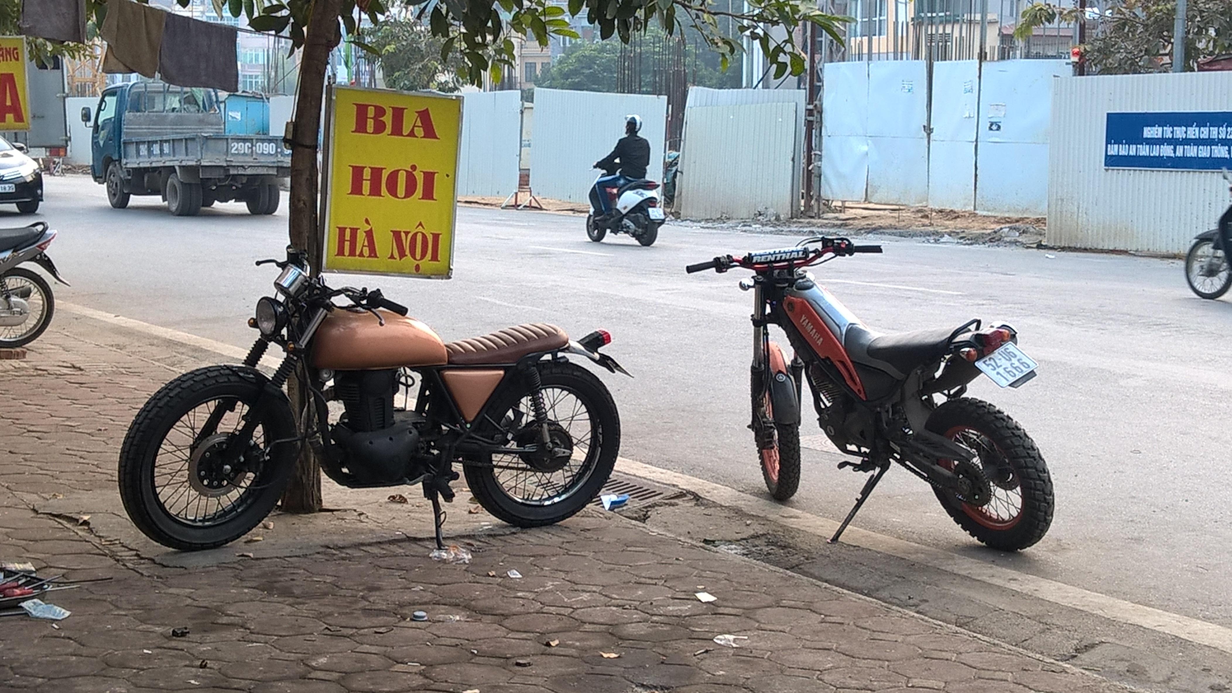 Một chiếc xe Honda CB750 được độ tại Việt Nam (xe màu cafe)