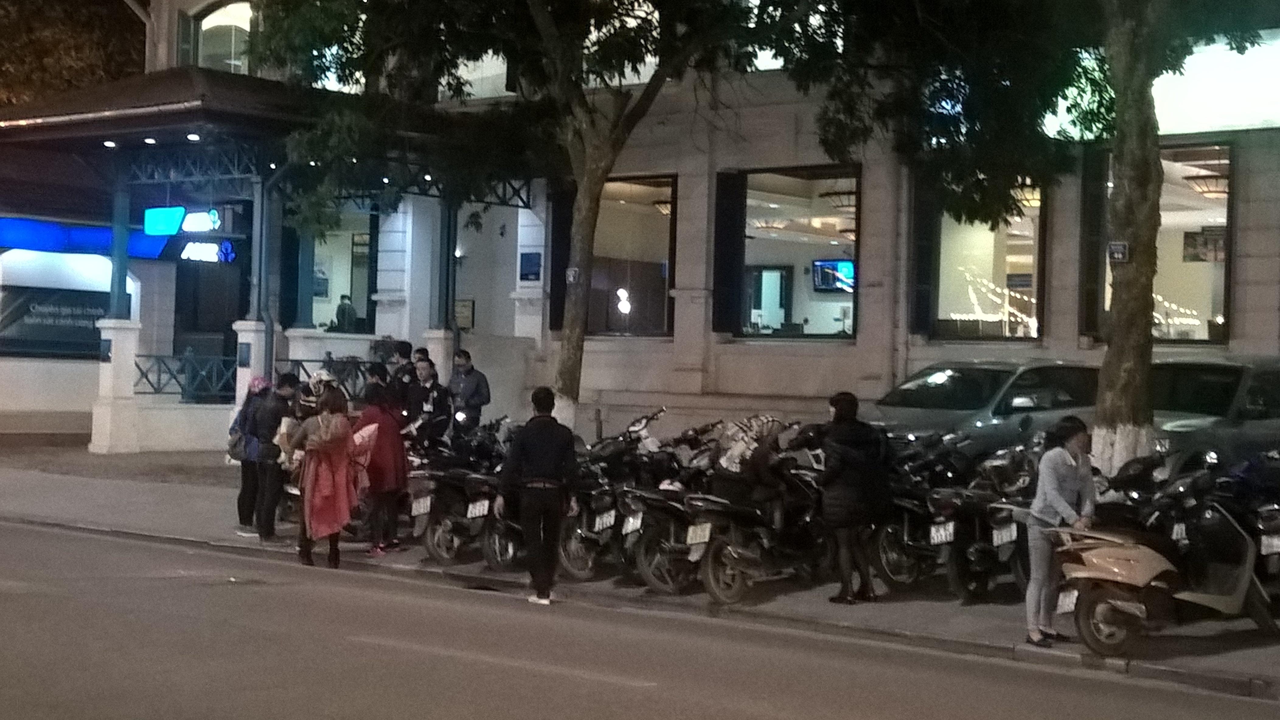Vỉa hè trước nhà hàng và khách sạn hạng sang cũng bị lấn chiếm làm bãi gửi xe