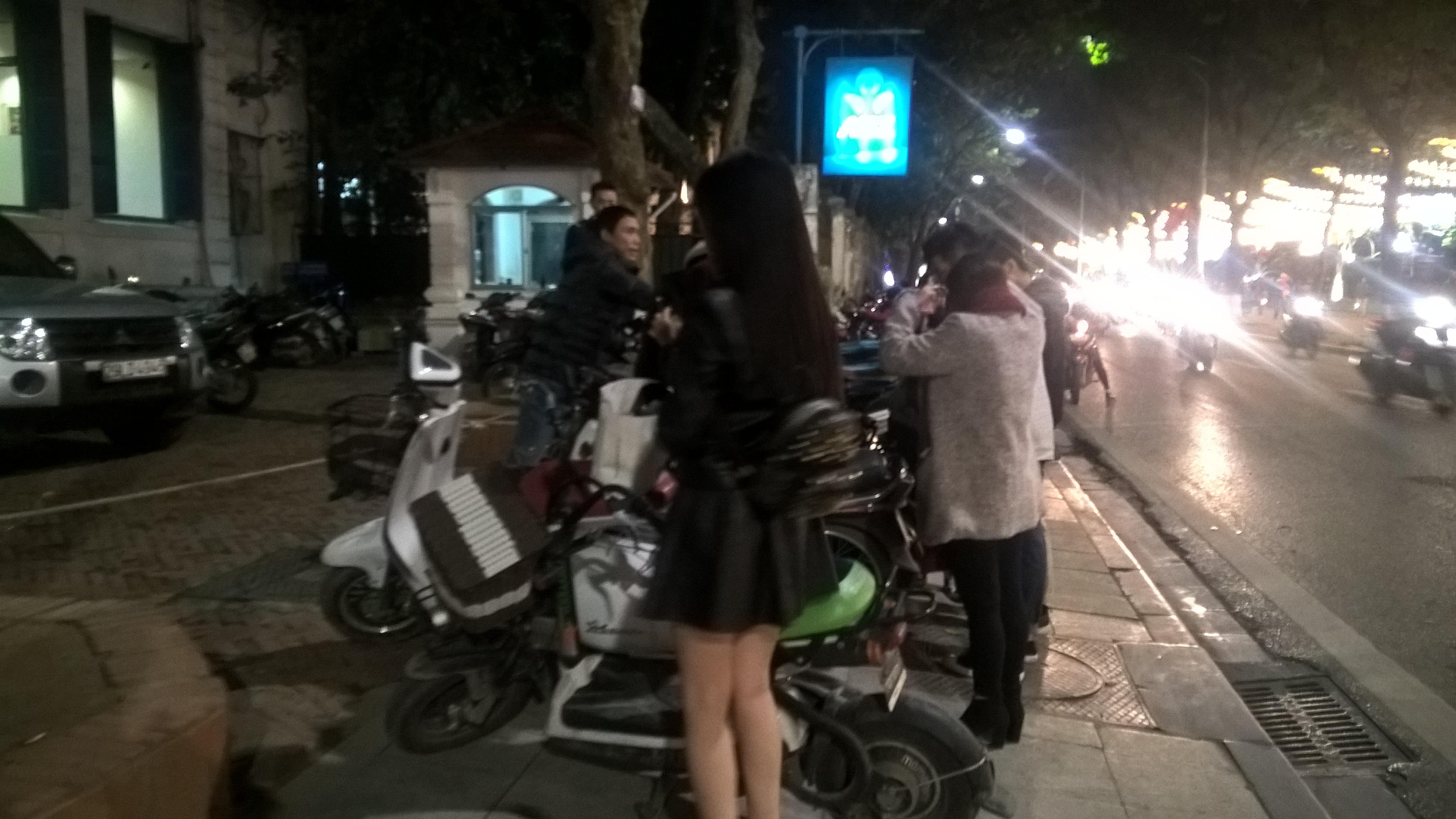 Một thiếu nữ đi xe đạp điện, cũng phải trả vé xe gần bằng xe máy: 30.000 đồng